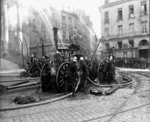 Pompes_a_vapeur_place_Graslin_Nantes_debut_XIXeme_phototheque_Musee_Sapeurs_Pompiers_Loire_Atlantique