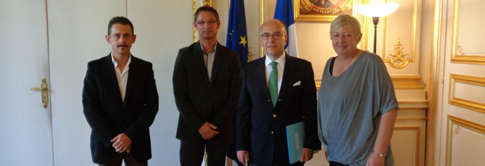 De gauche à droite : Adjudant Thierry FOLTIER (SDIS 18), Sergent-chef Sébastien BOUVIER (SDIS 01), Monsieur Bernard CAZENEUVE (Ministre de l'Intérieur, Madame Marie-Odile ESCH (Secrétaire générale CFDT INTERCO)